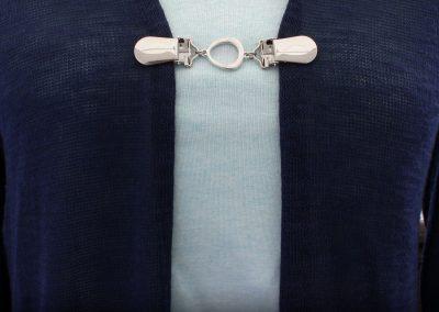 Napittoman neuletakin ja villatakin pidike nimeltä Klipsutin Mila käytössä.