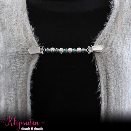Napittoman neuletakin ja villatakin pidike nimeltä Klipsutin Line. Kuvassa näkyy tuote käytössä.