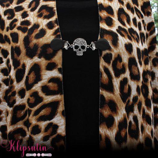 Napittoman neuletakin ja villatakin pidike nimeltä Klipsutin Gallo. Kuvassa näkyy tuotteen musta vaihtoehto käytössä.
