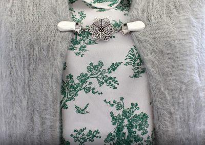 Napittoman neuletakin ja villatakin pidike nimeltä Klipsutin Onja. Kuvassa näkyy tuote käytössä.