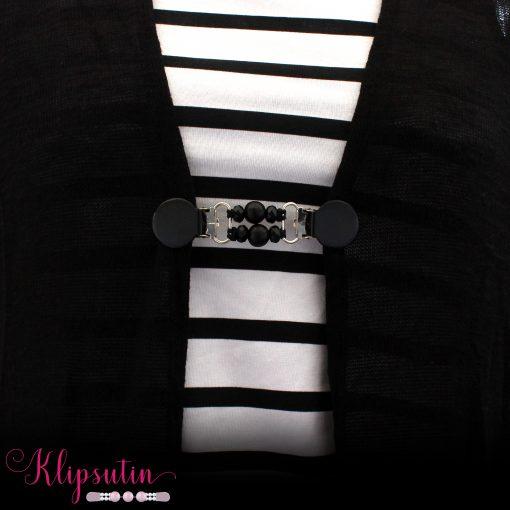 Napittoman neuletakin ja villatakin pidike nimeltä Klipsutin Meimi. Kuvassa näkyy tuote käytössä.