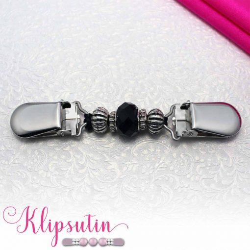 Napittoman neuletakin ja villatakin pidike nimeltä Klipsutin Helinä. Kuvassa näkyy tuotteen musta vaihtoehto.