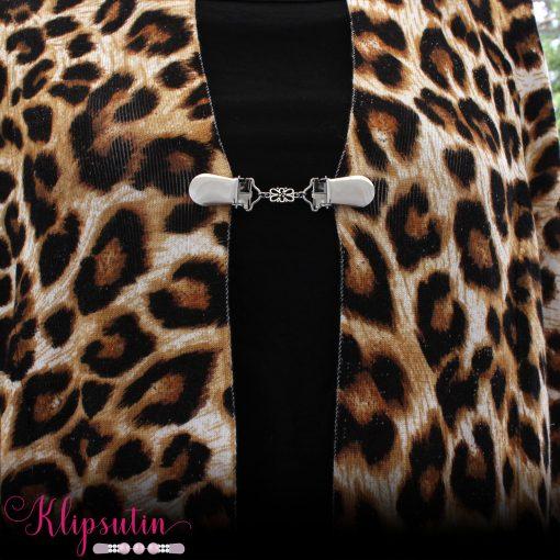 Napittoman neuletakin ja villatakin pidike nimeltä Klipsutin Lilli käytössä.