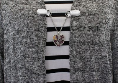 Napittoman neuletakin ja villatakin pidike nimeltä Klipsutin Rautasydän. Kuvassa näkyy tuotteen ametisti vaihtoehto käytössä.