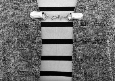 Napittoman neuletakin ja villatakin pidike nimeltä Klipsutin Syke. Kuvassa näkyy tuote käytössä.