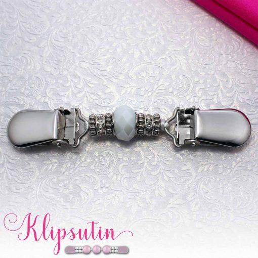 Napittoman neuletakin ja villatakin pidike nimeltä Klipsutin Veela. Kuvassa näkyy tuotteen valkoinen vaihtoehto.