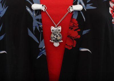 Napittoman neuletakin ja villatakin pidike nimeltä Klipsutin Aika. Kuvassa näkyy tuotteen vaihtoehto musta hopealla pohjalla käytössä.