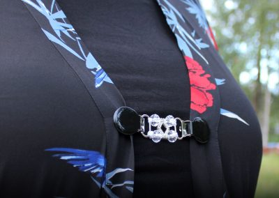 Napittoman neuletakin ja villatakin pidike nimeltä Klipsutin Annelie. Kuvassa näkyy tuote käytössä.