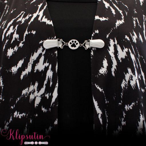 Napittoman neuletakin ja villatakin pidike nimeltä Klipsutin Tassu. Kuvassa näkyy tuote käytössä.