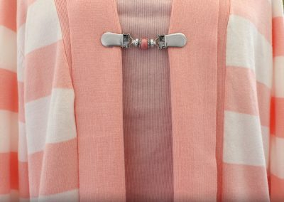 Napittoman neuletakin ja villatakin pidike nimeltä Klipsutin Giia. Kuvassa näkyy tuotteen aniliini vaihtoehto käytössä.