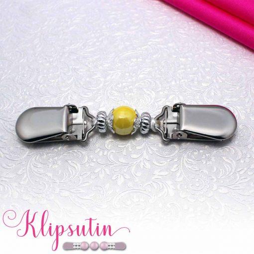 Napittoman neuletakin ja villatakin pidike nimeltä Klipsutin Giia. Kuvassa näkyy tuotteen keltainen vaihtoehto.