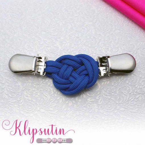 Napittoman neuletakin ja villatakin pidike nimeltä Klipsutin Solmu. Kuvassa näkyy tuotteen sininen vaihtoehto.