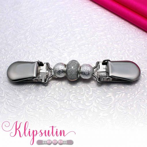 Napittoman neuletakin ja villatakin pidike nimeltä Klipsutin Tuiti. Kuvassa näkyy tuotteen hopea vaihtoehto.