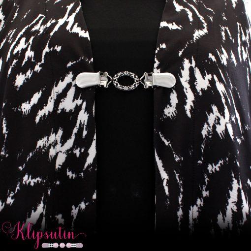 Napittoman neuletakin ja villatakin pidike nimeltä Klipsutin Sasha käytössä.