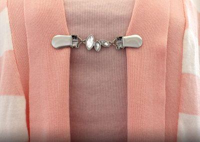 Napittoman neuletakin ja villatakin pidike nimeltä Klipsutin Cassandra. Kuvassa näkyy tuote käytössä.