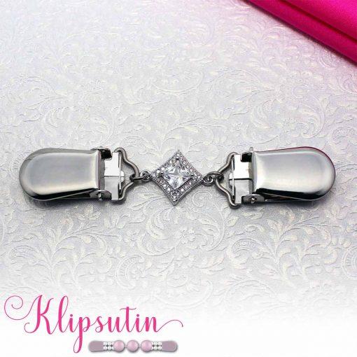 Napittoman neuletakin ja villatakin pidike nimeltä Klipsutin Sohvi. Kuvassa näkyy tuotteen hopeanvärinen vaihtoehto.