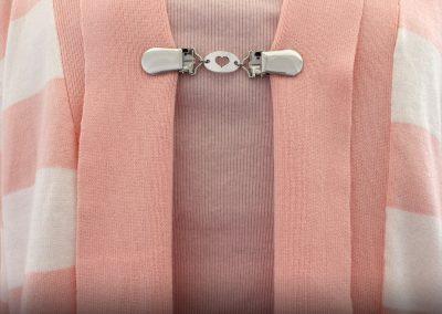 Napittoman neuletakin ja villatakin pidike nimeltä Klipsutin Alice. Kuvassa näkyy tuote käytössä.