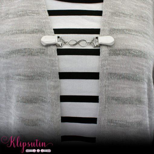 Napittoman neuletakin ja villatakin pidike nimeltä Klipsutin Relle käytössä.