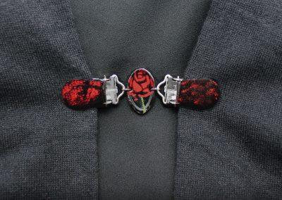 Napittoman neuletakin ja villatakin pidike nimeltä Klipsutin Nita. Kuvassa näkyy tuote käytössä.