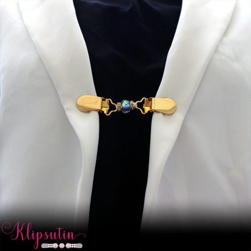 Napittoman neuletakin ja villatakin pidike nimeltä Klipsutin Ada. Kuvassa näkyy tuote käytössä.