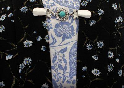 Napittoman neuletakin ja villatakin pidike nimeltä Klipsutin Voss. Kuvassa näkyy tuotteen pyöreä bling vaihtoehto käytössä.