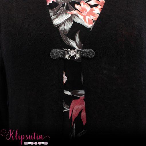 Napittoman neuletakin ja villatakin pidike nimeltä Klipsutin Ilmi. Kuvassa näkyy tuote käytössä.