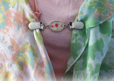 Napittoman neuletakin ja villatakin pidike nimeltä Klipsutin Lumo. Kuvassa näkyy tuote käytössä.