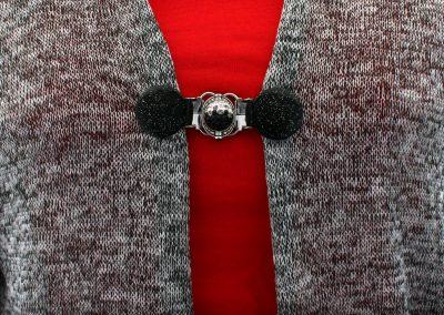 Napittoman neuletakin ja villatakin pidike nimeltä Klipsutin Olivia. Kuvassa näkyy tuote käytössä.