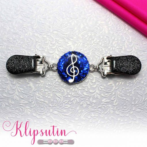 Napittoman neuletakin ja villatakin pidike nimeltä Klipsutin Sound. Kuvassa näkyy tuotteen sininen vaihtoehto.