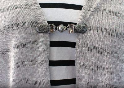 Napittoman neuletakin ja villatakin pidike nimeltä Klipsutin Salla. Kuvassa näkyy tuotteen vaihtoehto hopea käytössä.
