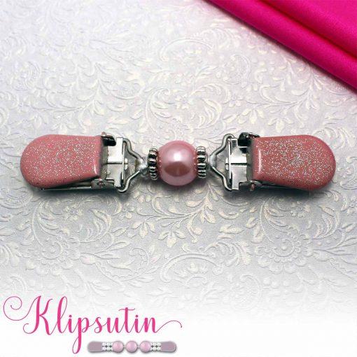 Napittoman neuletakin ja villatakin pidike nimeltä Klipsutin Salla. Kuvassa näkyy tuotteen vaaleanpunainen vaihtoehto.