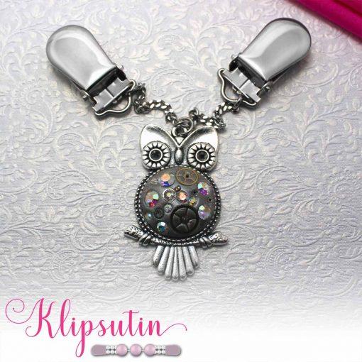 Napittoman neuletakin ja villatakin pidike nimeltä Klipsutin Aika. Kuvassa näkyy tuotteen vaihtoehto kirkas ab hopealla pohjalla.
