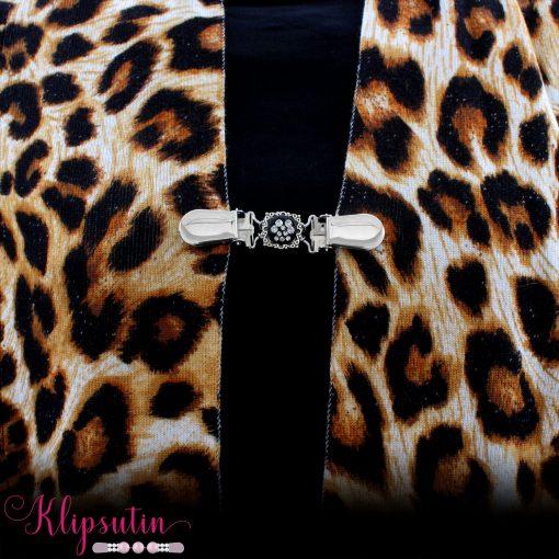 Napittoman neuletakin ja villatakin pidike nimeltä Klipsutin Kristallitassu. Kuvassa näkyy tuotteen kirkas vaihtoehto käytössä.