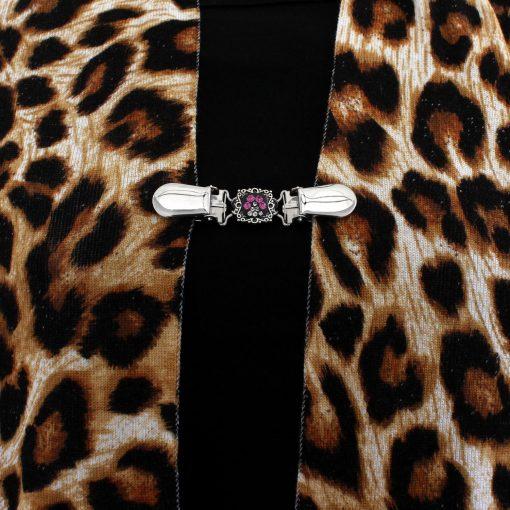 Napittoman neuletakin ja villatakin pidike nimeltä Klipsutin Kristallitassu. Kuvassa näkyy tuotteen pinkki vaihtoehto käytössä.
