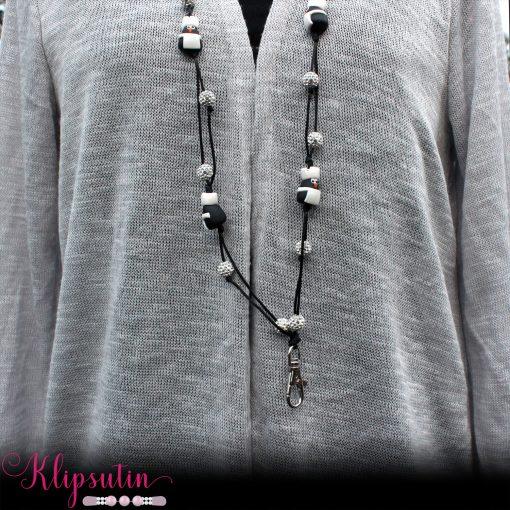 Avainnauha nimeltä Klipsutin Avainnauhakoru Blingviini Kokki. Kuvassa näkyy tuote käytössä.