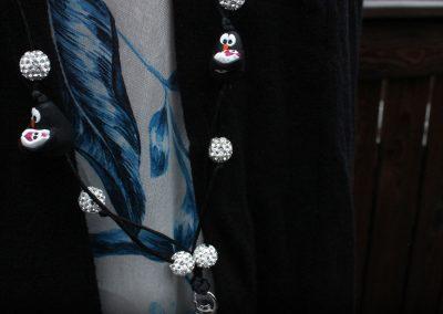 Avainnauha nimeltä Klipsutin Avainnauhakoru Blingviini Äiti. Kuvassa näkyy tuote käytössä lähietäisyydeltä.