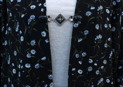 Napittoman neuletakin ja villatakin pidike nimeltä Klipsutin Hiutale. Kuvassa näkyy tuote käytössä.