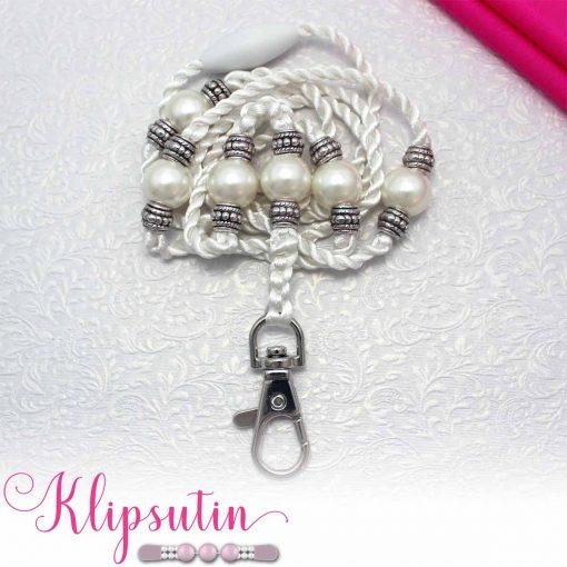 Avainnauha nimeltä Klipsutin Avainnauhakoru Larisa. Kuvassa näkyy tuotteen valkoinen vaihtoehto.