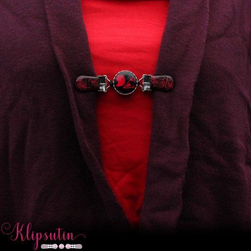 Napittoman neuletakin ja villatakin pidike nimeltä Klipsutin Tipa. Kuvassa näkyy tuote käytössä.