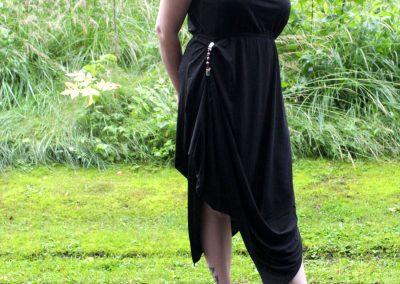 Klipsutin nostaa myös roikkuvan mekon helman kauniisti.