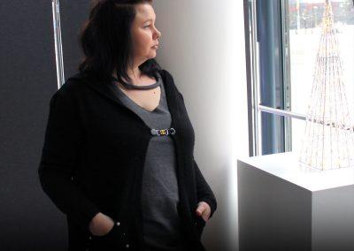 Napittoman neuletakin ja villatakin pidike nimeltä Klipsutin Leili. Kuvassa näkyy tuote käytössä.