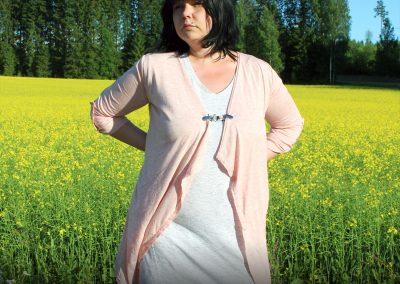 Napittoman neuletakin ja villatakin pidike nimeltä Klipsutin Stella. Kuvassa näkyy tuote käytössä.