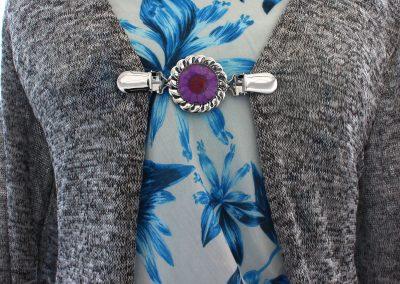 Napittoman neuletakin ja villatakin pidike nimeltä Klipsutin Kukka. Kuvassa näkyy tuote käytössä.